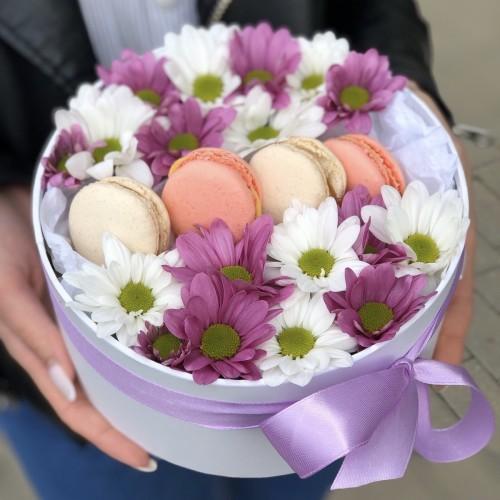 Коробочка з хризантемою та печивом macarons Рожеве і біле