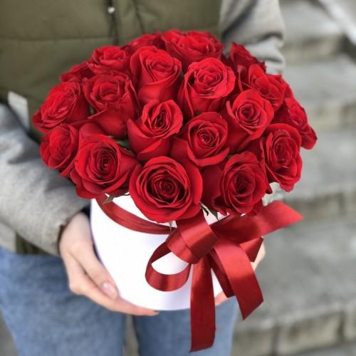 Коробка капелюшна з 25 червоних троянд