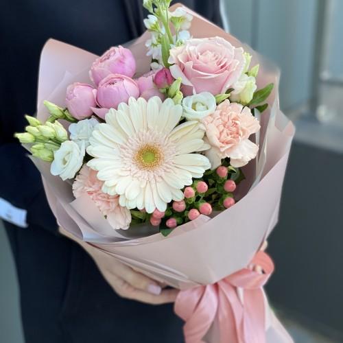Букет з гербери, піоновидних кущових троянд, еустоми та гиперикума Прекрасного дня