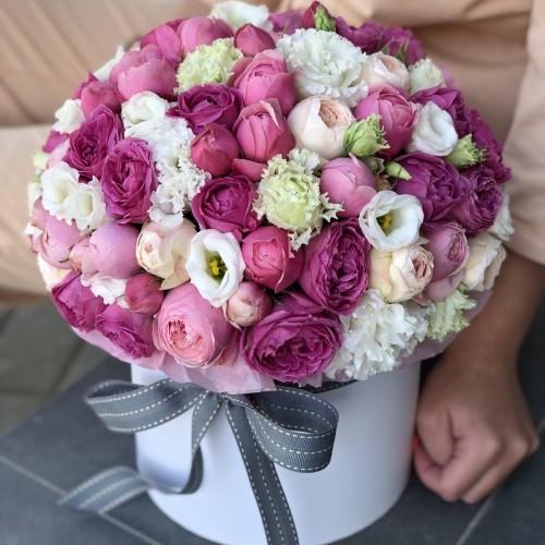 Хет коробка з піоновидних кущових троянд Неймовірна