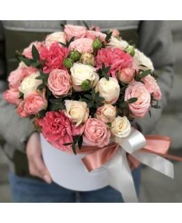 Композиція з кущових троянд і гвоздики Кристел