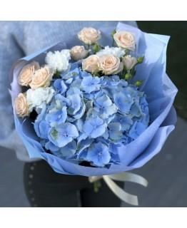 Букет з гортензії, кущових троянд і гвоздики Сансет