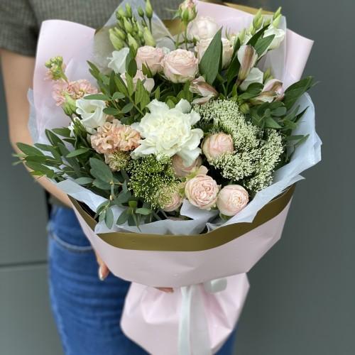 Букет з еустоми, матіоли, кущової троянди, альстромерії і трахеліума Аделіна