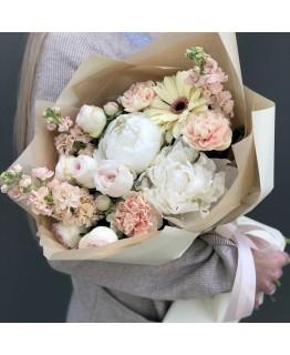 Букет з піонів, матіоли, Діантус, піоновидної троянди і гербери Праліне