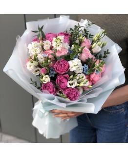 Букет з піоновидних кущових троянд, матіоли, еустоми та оксіпеталума Келлі