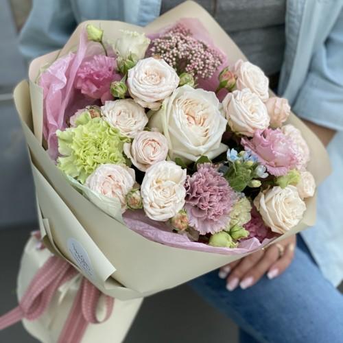 Букет з кущових троянд, еустоми, Діантус і озотамнуса Роял