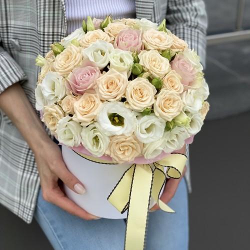 Коробка капелюшна з кущових троянд, еустоми та одноголової троянди Гельсінкі