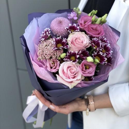 Букет з троянд, хризантеми та еустоми Весняний поцілунок