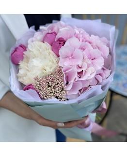 Букет з гортензії, півонії і піоновидні кущових троянди Кельн
