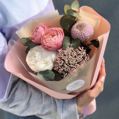 Букет з півонії, піоновидної троянди, озотамнуса і хризантеми Мішель