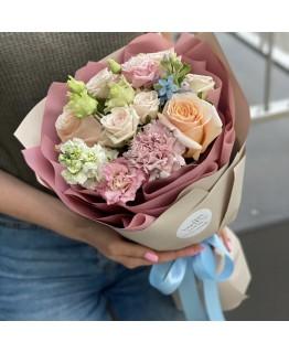 Букет з кущової і одноголової троянди, матіоли, оксіпеталума і еустоми Летиція