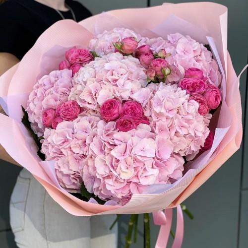 Букет з гортензій і піоновидних троянд Ягідка