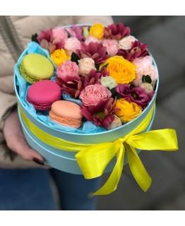 Коробочка з кущовими трояндами мікс і macarons Фуджі