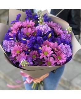 Букет з хризантеми, ірисів, гвоздики і матіоли Мирелла