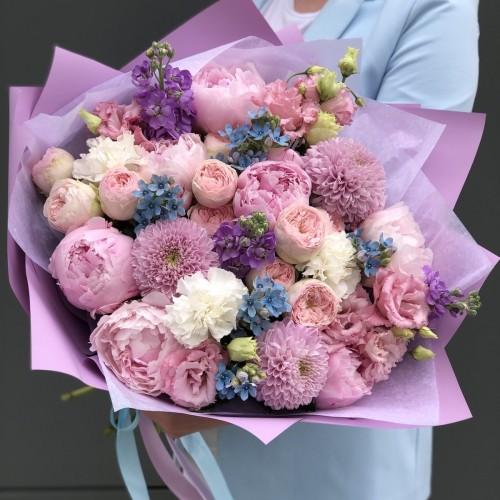 Букет з піонів, матіоли, піоновидних кущових троянд і еустоми Беатріс