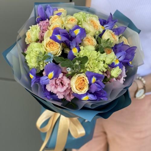 Букет з кущових троянд, еустоми, ірисів і Діантус Меган