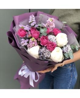 Букет з піонів, піоновидних кущових троянд, Діантус і матіоли Каталонія