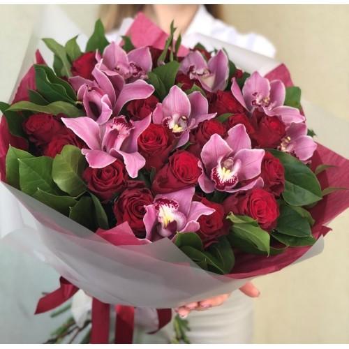 Букет з червоними трояндами Бурж