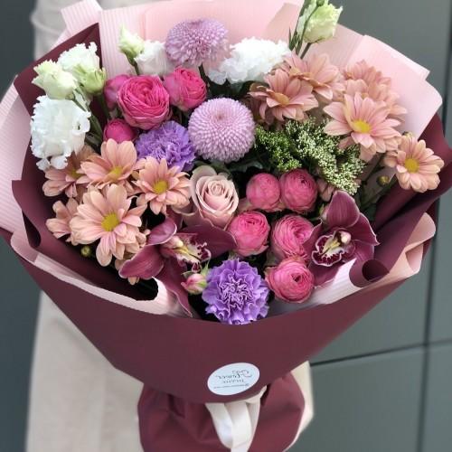 Букет з еустоми, кущової піоновидної троянди і хризантеми Приємне враження