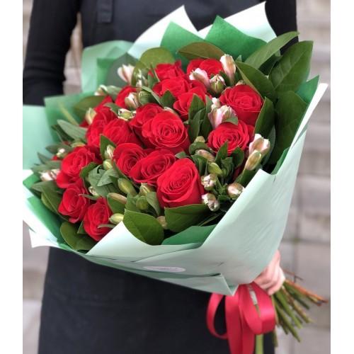 Букет з червоних троянд та альстромерії Аліса в країні чудес