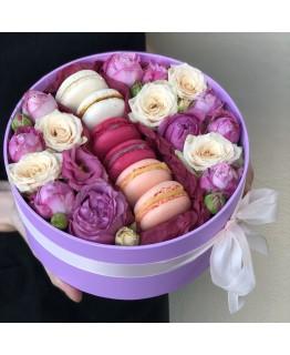 Коробочка з квітами і macarons Рівновага