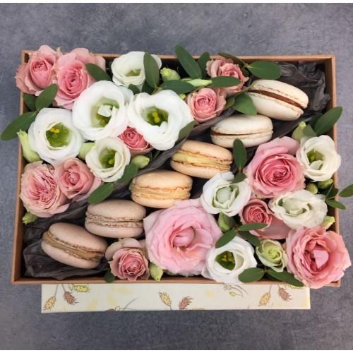 Коробочка з рожевими трояндами і macarons Натхнення