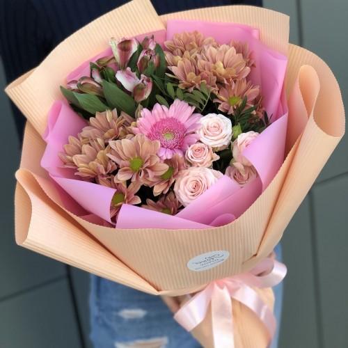 Букет Невагомість з рожевими трояндами і хризантемою