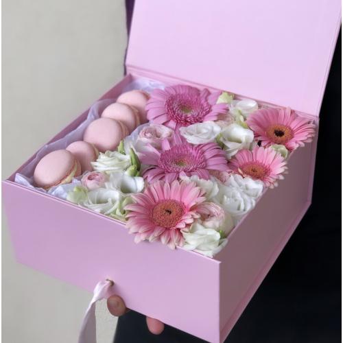 Коробочка macarons з гербери, еустома і кущовою трояндою Збиті вершки