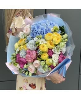 Букет з гортензією, піоновидними кущовими трояндами і Еустомю для коханої