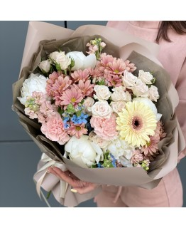 Букет з піонів, хризантем, матіоли і кущових троянд Ароматний