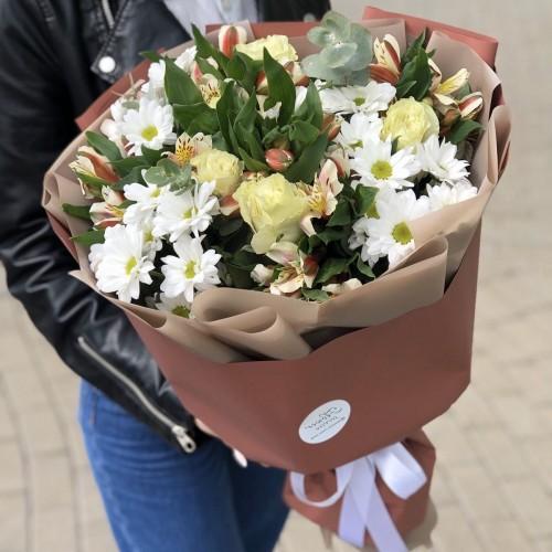 Букет Ніжний дотик з білими трояндами і хризантемами