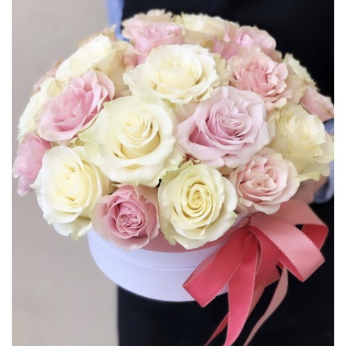 Коробка з білими і рожевими трояндами Ніжні почуття