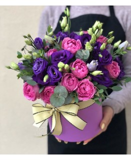 Коробочка з еустоми та кущовою піоновдною трояндою Сапфір