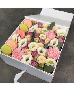 Коробочка macarons з кущовою трояндою і Еустомою Чари