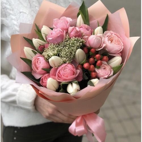 Букет з піоновидних кущових троянд і тюльпанів З Любов'ю