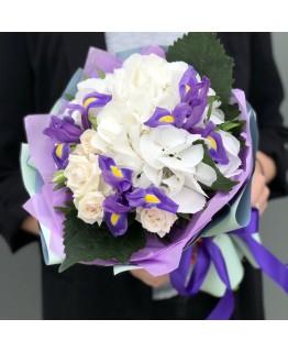 Букет з гортензії, ірисів і кущових троянд Джуді