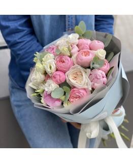 Букет з еустоми, кущової піоновидної і одноголової троянди Піна Колада