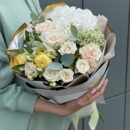 Букет з гортензії, альстромерії, піоновидної кущової і одноголової троянди Лямур