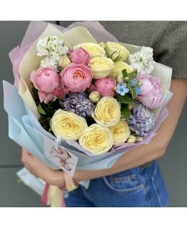 Букет з кущових піоновидних троянд, матіоли і гвоздики Ніколь