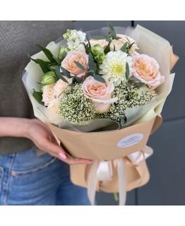Букет з кущової і одноголової троянди, альстромерії і матіоли Наомі