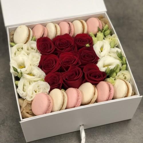 Коробка з червоними трояндами, еустомою та macarons Класичне поєднання