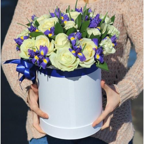 Коробка з ірисами і білими трояндами Розчулення