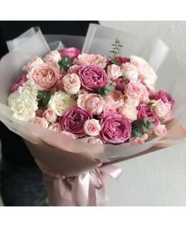 Букет з рожевих і білих троянд піоновидний мікс