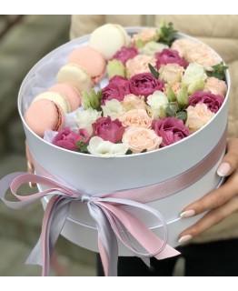 Коробочка macarons з кущовою трояндою і Еустомою Витончена