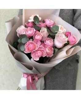 Букет з кущовими піоновидними трояндами Німфа
