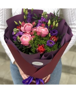 Букет з кущових піоновидних троянд, матіоли і еустоми Ізабель