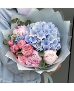 Букет з піонів, гортензії та піоновидної троянди Муссон