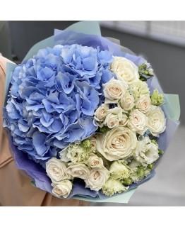 Букет з гортензії, кущової і одноголової троянди, оксіпеталума і еустоми Мілена