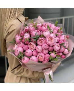 Букет з піоновидних кущових троянд і евкаліпта Кемірон