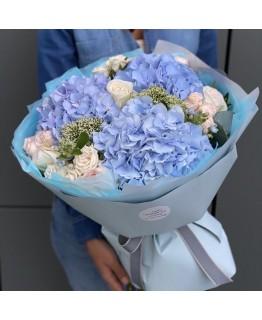 Букет з гортензії, кущової і одноголової троянди, оксіпеталума і трахеліума Маві